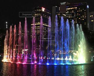 ペトロナスツインタワー前の噴水ショーの写真・画像素材[1562454]