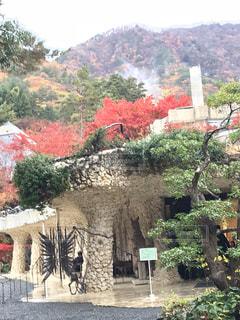 背景の山と建物の写真・画像素材[1605132]