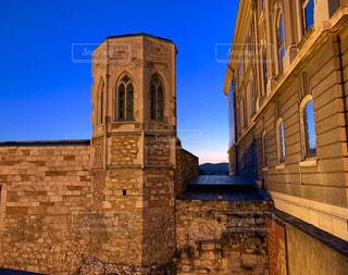 建物の側面に時計がある大きな高い塔の写真・画像素材[2800375]