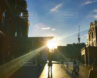 夕暮れ時の都市の眺めの写真・画像素材[2864777]