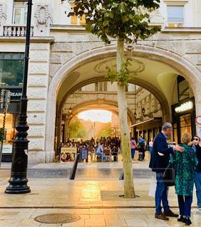女性,男性,3人,風景,空,建物,海外,太陽,光,都会,人,旅行,旅,アーチ,石,通り,ハンガリー,ブダペスト,ヴァーツィー通り
