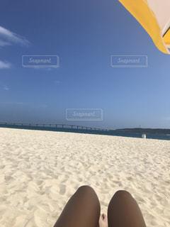 砂浜に座る人の写真・画像素材[1217200]
