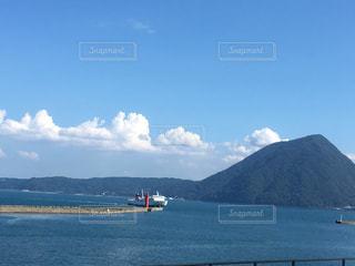 背景の山と水の大きな体の写真・画像素材[706966]