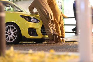 黄色い車に乗っている人の写真・画像素材[2509861]