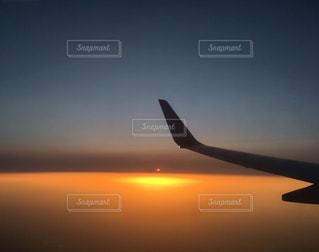 風景,空,夕日,屋外,太陽,雲,夕暮れ,飛行機,オレンジ,夕陽,上空,フライト