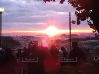 日没の前に立っている人々 のグループの写真・画像素材[1727784]