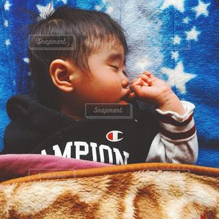 お昼寝中の子供の写真・画像素材[1235986]