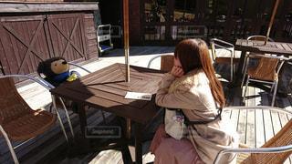 椅子に座る人の写真・画像素材[1236207]