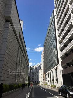 ビルの間から見える青空の写真・画像素材[1226100]