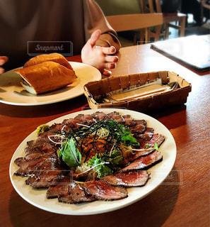食品のプレートをテーブルに着席した人の写真・画像素材[1464706]