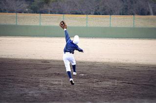 フィールドで野球のボールを投げる人の写真・画像素材[1510004]