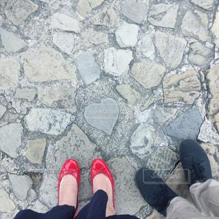 ハートの石と足元の写真・画像素材[1803417]