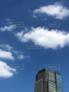 曇り青空と大きな背の高い塔の写真・画像素材[1469496]