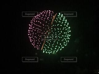 近くに信号機のアップは夜ライトアップの写真・画像素材[1230772]