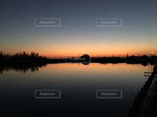 水の体に沈む夕日の写真・画像素材[1230916]