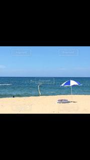 近くのビーチに傘のアップの写真・画像素材[1235632]