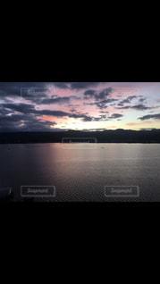水の体に沈む夕日の写真・画像素材[1235635]