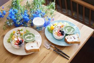 木製のテーブルの上に食べ物のプレートの写真・画像素材[1272071]