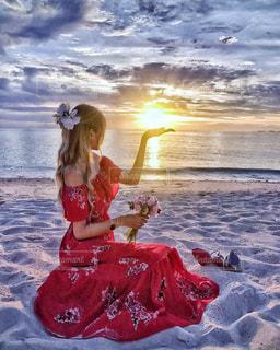 空,花,夏,夕日,赤,砂,ビーチ,雲,綺麗,砂浜,夕焼け,ハイビスカス,夕方,女の子,浜,金髪,ハイヒール,シーサイド,フォトジェニック,インスタ映え