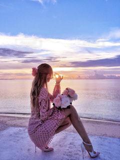 ビーチに座っている女の子の写真・画像素材[1268685]