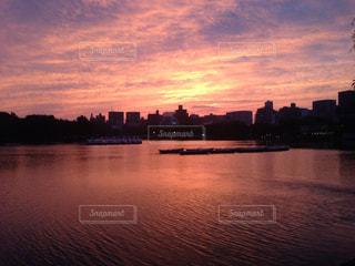 水の体に沈む夕日の写真・画像素材[1270177]