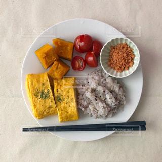テーブルの上に食べ物のプレートの写真・画像素材[1271867]