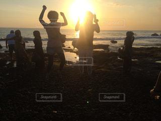 女性,海,夕日,ジャンプ,夕暮れ,人,青春,バリ島,インドネシア