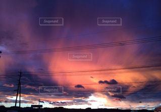夕焼けの不気味な空の写真・画像素材[1235718]