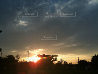 夕日の光とどんより雲の写真・画像素材[1240736]