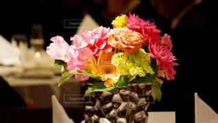テーブルの上に花瓶の花の花束の写真・画像素材[1243930]
