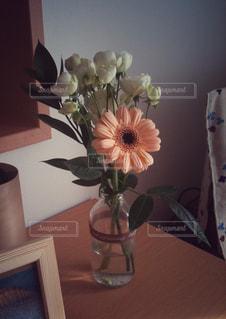 花瓶の中のガーベラの写真・画像素材[1253612]
