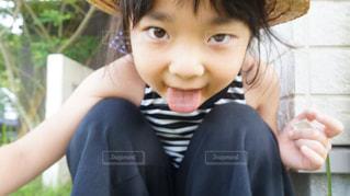 カメラに向かって笑みを浮かべて少女の写真・画像素材[1275094]