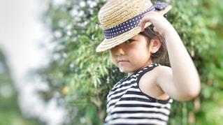 帽子をかぶった小さな女の子の写真・画像素材[1275131]