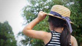 帽子をかぶっている女性の写真・画像素材[1275133]