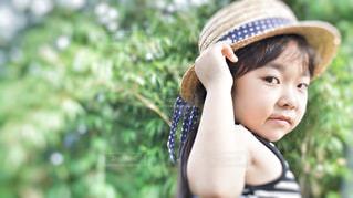 帽子をかぶった小さな女の子の写真・画像素材[1275134]