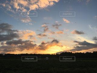 空の雲と大規模なグリーン フィールドの写真・画像素材[1291359]