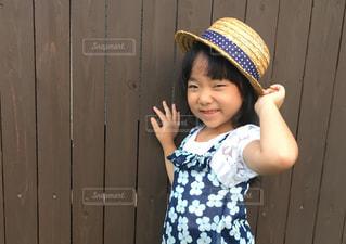 帽子をかぶった小さな女の子の写真・画像素材[1351554]