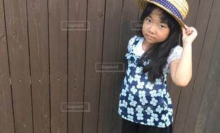 帽子をかぶった小さな女の子の写真・画像素材[1351555]