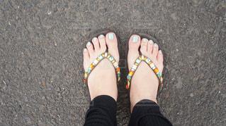 青と黒の靴を履いて足のペアの写真・画像素材[1361706]