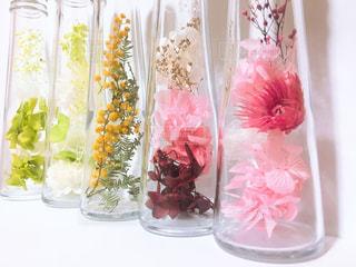テーブルの上のピンクの花で一杯の花瓶の写真・画像素材[1821866]