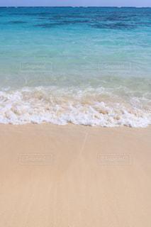 水の体の横にある砂浜のビーチの写真・画像素材[1232622]