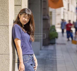 歩道を歩く人の写真・画像素材[1283166]