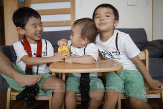 テーブルに座っている小さな子供の写真・画像素材[1358874]