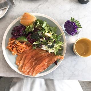 テーブルの上に食べ物のプレートの写真・画像素材[1277069]