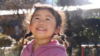 カメラに向かって笑みを浮かべて少女の写真・画像素材[1261100]