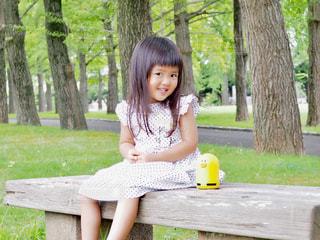 公園のベンチで休憩の写真・画像素材[1326569]