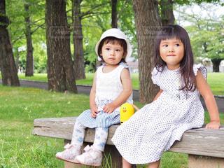 公園のベンチに座ってひと休みの写真・画像素材[1327655]