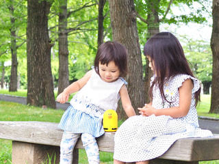 公園のベンチに座っての写真・画像素材[1327675]