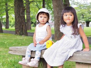 公園のベンチに座っての写真・画像素材[1329516]