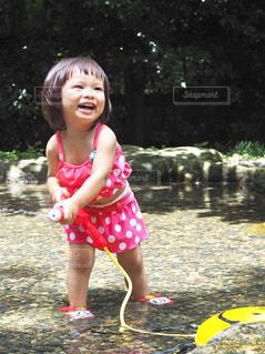 水遊びに夢中の写真・画像素材[1372038]